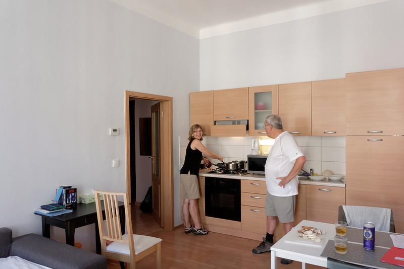 Odette cuisineun spaghetti au saucisses à l'appartement de Prague