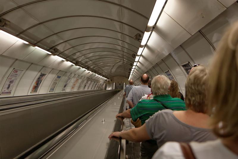 Le metro est vrament profond sous terre comme en témoigne l'escalier ici photographié