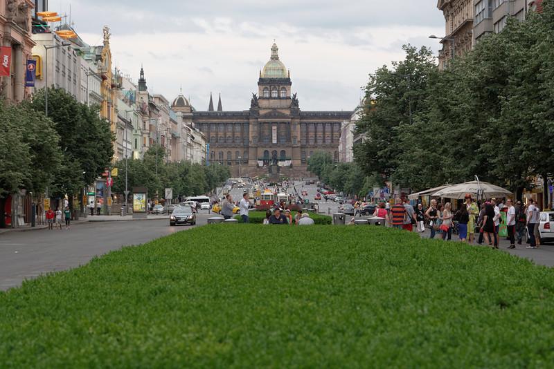Vue du musée au bout de la rue