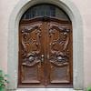 Des portes d'entrée qui invitent certainement à entrer dans la demeure.