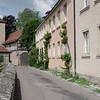 Ici le mur de fortification est en contrebas de la rue.