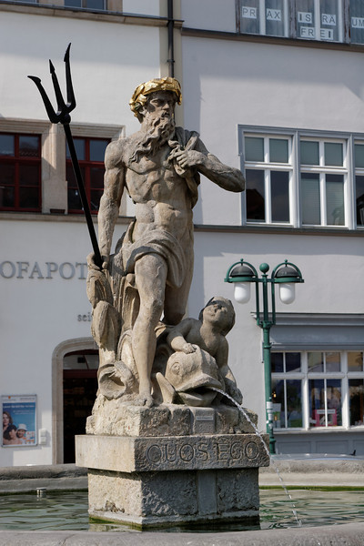 """Neptune Markt place  """"Quosego"""" Paroles  (en forme de réticence) que Virgile (l'Enéide, I, 135) met dans la bouche de Neptune irrité contre les vents déchaînés sur la mer, et qui, dans la bouche d'un supérieur, expriment la colère et la menace."""