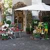 Mario et Jean attendent Mariette et Odette qui magazinent du tissu en face de cette boutique