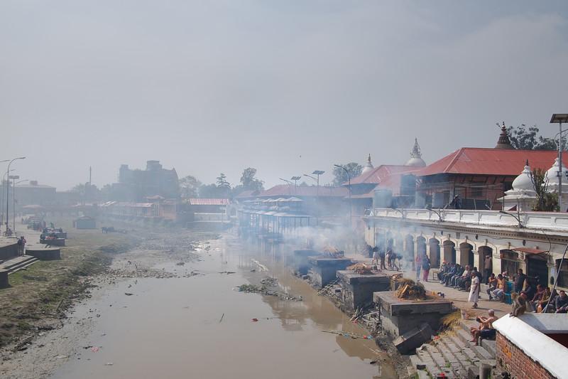 Sanctuaire hindou de Pashupatinath : crémation de défunts. Katmandou, mars 2019
