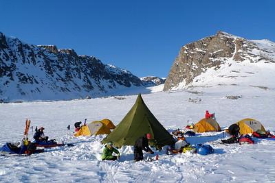 Après 5 heures de pulkas, nous trouvons un bel endroit pour installer notre premier camp...