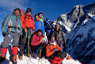 Island Peak: Ici le sommet avec tout le groupe... Derrière, la face sud du Lothse haute de plus de 3000m !