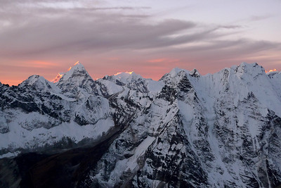 Le Mera Peak illuminé au milieu de la Photo