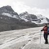 Nous sommes sur le glacier Athabaska .Oui oui, derrière la ligne de sécurité!