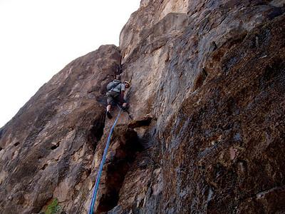 Pour la Tour Centrale, l'approche est courte... Trouvez une lame décollée derrière laquelle il y a 2 cairns... L1 est courte, mais le rocher donne d'emblée le ton & la qualitée...