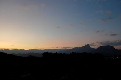 """De """"notre"""" bivouac, nous regardons tomber le soleil sur Jebel Kwar & Ghul..."""