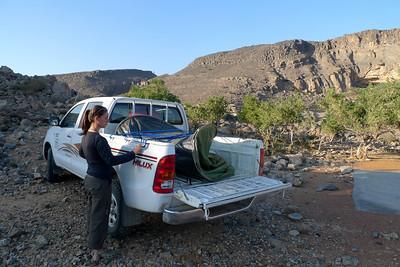 Avant de commencer, petit cours de Bivouac Omanais: Premièrement, délassez la sangle qui tient la tente pliée dans la benne du 4x4, dans laquelle vous avez bien entendu laissé les duvets & matelas mousse...