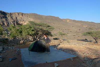 Comme vous avez trouvé au milieu de nulle part une dalle béton parfaitement lisse et horizontale, placez la tente aux 2 tiers de la surface...