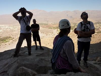 Mais en tant que grimpeurs sérieux, on regarde de plus prêt... Serge et anne irons ouvrir plus à Gauche... Photo Titi.