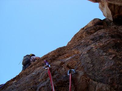 """On accède finalement à une rampe. Grimpe en rocher excellent mais """"bloc""""... 1 grande longueur de 55m."""