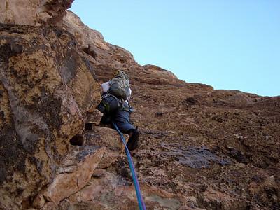 L3 est complexe et paumatoire: D'abord dans la dalle puis, au niveau d'une vire en mauvais rocher, faire un crochet encore plus à droite dans les dalles... Engagé ! On rejoint la fissure cheminée plus haut...