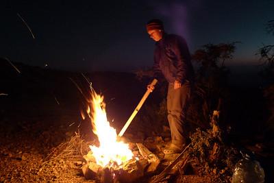 Ayant trouvé du bois, nous allumons un petit feu pour nous réchauffer... La Juju s'amuse beaucoup !