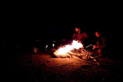 Après une brève toilette, l'appéro et s'être assuré que rien ne pouvait nous arriver, nous allumons le feu. Il a quand même fallu aller chercher le bois à plus de 25m !
