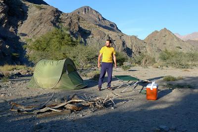 Bon... Tout est prêt: La tente, le lit de camp, la glaciaire et le bois... Dans la glaciaire, les bières, le 4x4 est à moins de 5m... C'est bon, le bivouac est paré !