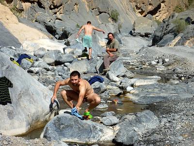 Salle de Bain Omanaise... et le Guide qui a peur de l'eau tiède ! Photo Titi.