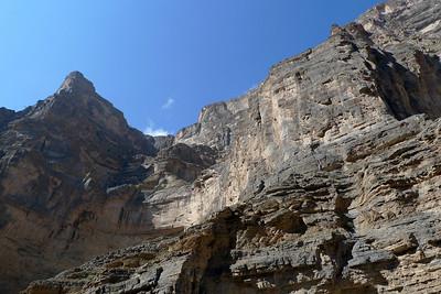 Impressionnante piste au fond du canyon pour rejoindre un village ( si, si )