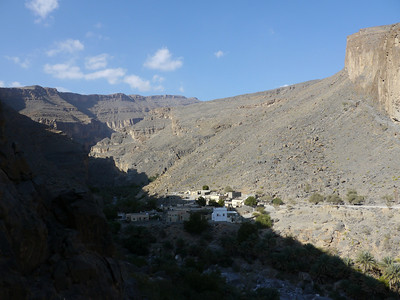 Derrière nous se découpe le Wadi Ghul... Le plus grand canyon d'Oman...