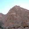 Remonter le vallon secondaire en direction du pilier de Soee, qui offre de belles perspectives... Approche difficile dans des blocs énormes...