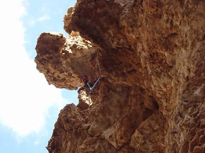 R4 - On ne peu pas dire que ça manque d'originalité ! On arrive enfin dans un tafoni géant en grimpant sur les bords en rocher plutôt bon... Enorme !
