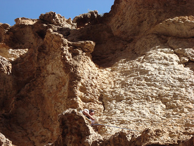 """L4 ? 5+ bloc avec risque de chute au sol, suivi d'une traversée en 4 dans du rocher """"exceptionnel"""" avec risque de chute au sol improtégeable enfin bon, la photo est floue, l'itinéraire hallucinant... Quelle ambiance !"""