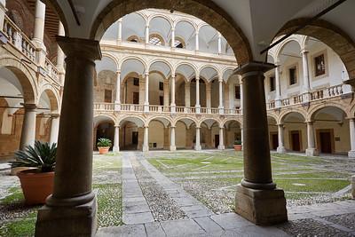 Cours du palais des Normands et chapelle Palatine