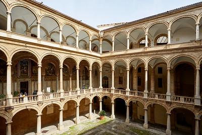 Cour du palais des Normands et chapelle Palatine.