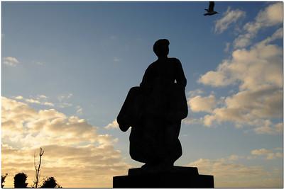 Un monument aux pêcheurs disparus, surnommé Urker vrouw (la femme d'Urk), est constitué d'une statue d'une femme fixant la mer, attendant vainement les retours de son mari et de ses enfants.