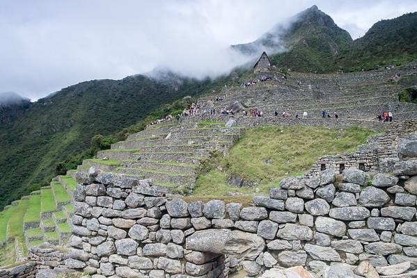 Les terrasses, la hutte du gardien, le Machupicchu