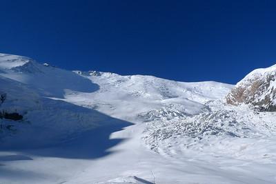 La grande face Nord du Lénine... plus de 2700m de dénivelé ! On distingue la trace pour le camp 2 qui part à droite au niveau du plat glaciaire...