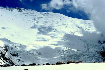 Pic Lénine, Kirghizstan: Ici l'arrivée au Camp 1, ou camp de base avancé à 4400m, juste au pied de la face Nord...