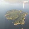 Remarquer les quais, autour de l'île.