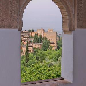 Granada - Generalife - Vue de l'Alhambra depuis le Patio du Canal