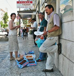 Lisbonne - Rua Palma - Vendeurs de cerises et nèfles du Japon (Nêspera)