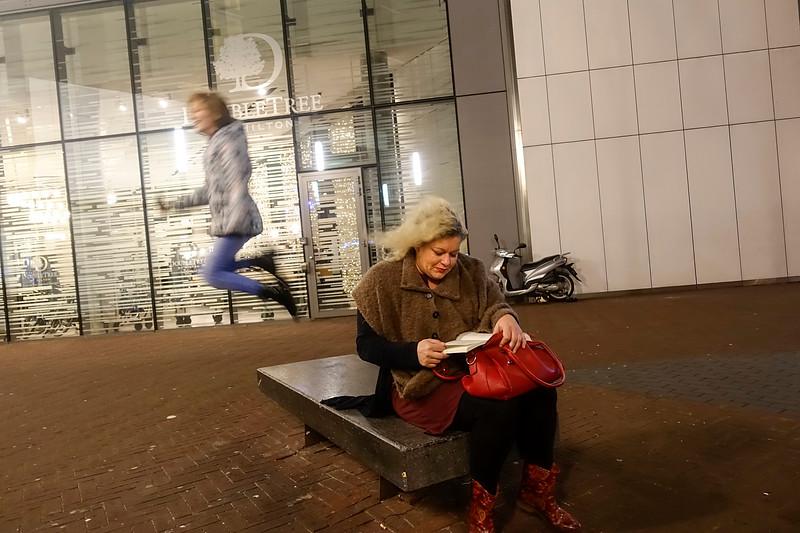 Nederland, Amsterdam, 3 januari 2018, Wirandakerpel@zadkine.nl leest 'de geur van sterfelijkheid van Simon Beckett, ze leest veel bij vlagen, vooral als het vakantie is, dol ok misdaadboeken, vooral als het over seriemoordenaars gaat. Toch gaat haar favoriete boek daar niet over. Dat is 'Soemeh' van Tesselaar. Als tweede noemt ze Osho. foto: Katrien Mulder