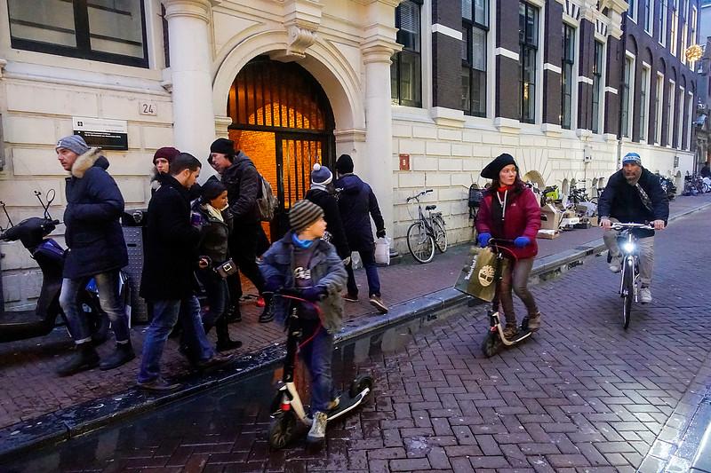 Nederland; Amsterdam; 3 januari 2018; autopettend gezin in de Damstraat, foto: Katrien Mulder