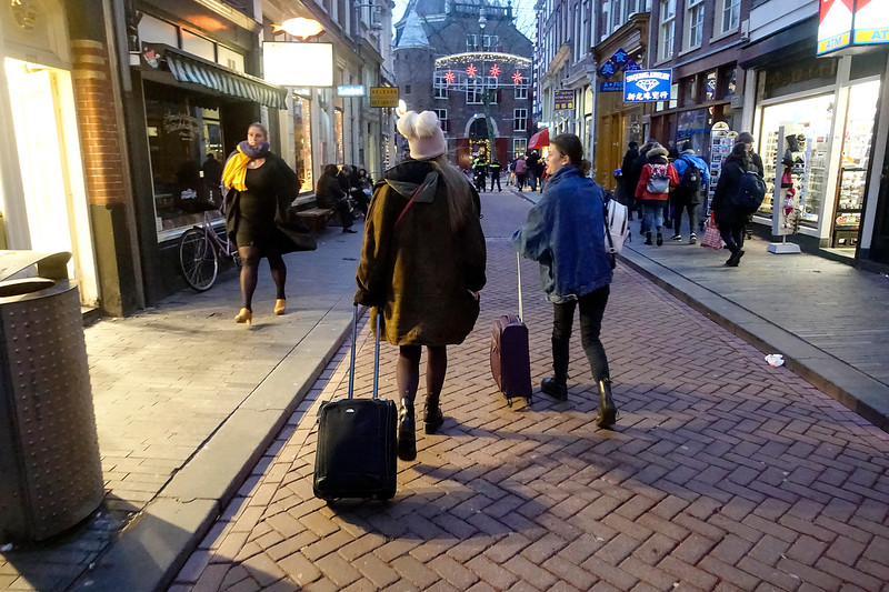Nederland; Amsterdam; 3 januari 2018; toeristen met rolkoffers op de Zeedijk, foto: Katrien Mulder