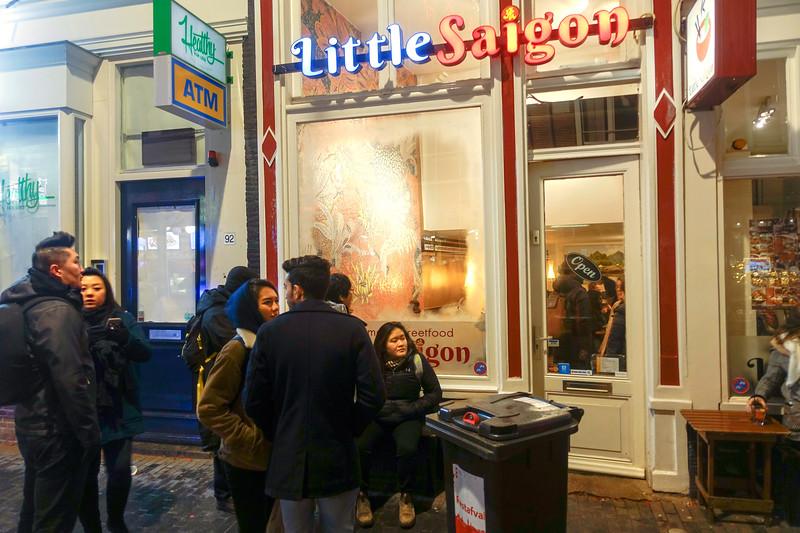 Nederland, Amsterdam, Vietnamezen in de rij voor piepkleine overvolle populaire Vietnamees Little Saigon, Zeedijk, 4 januari 2018, foto: Katrien Mulder