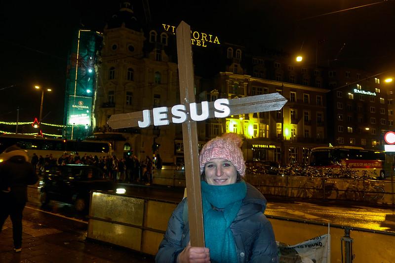 Nederland, Amsterdam, vrouw met kruis bij centraal station.4 januari 2018, foto: Katrien Mulder