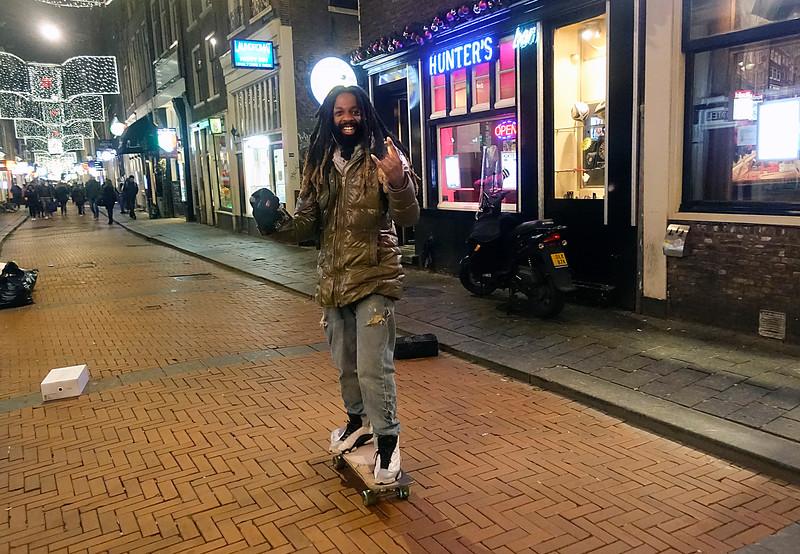 Nederland, Amsterdam, rastaman op skateboard maakt corna-gebaar, 8 januari 2018, foto: Katrien mulder