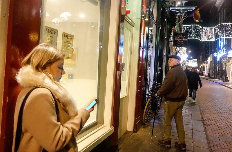 Nederland, Amsterdam, twee geinteresseerden in een baan als nreceptionist in een hostel, 8 januari 2018, foto: Katrien mulder