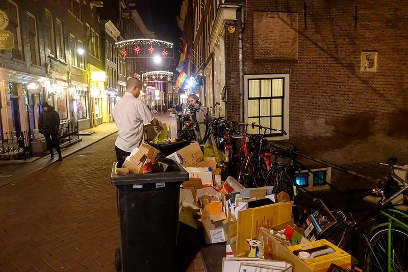 Nederland, Amsterdam, 8 januari 2018, fietsen in het gedrang door vuilnis op de Zeedijk, foto: Katrien mulder