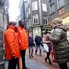 Nederland, Amsterdam, Warmoesstraat, host en hostess van de Gemeente, zijn aanspreekpunt voor bezoekers van toeristische locaties in Amsterdam, host and hostess of the Municipality, can be contacted by visitors of tourist locations in Amsterdam20 januari 2018, foto: Katrien Mulder