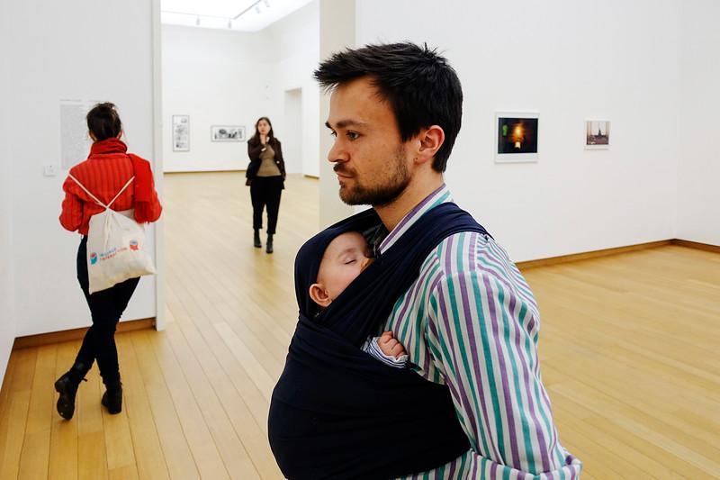 Nederland, Amsterdam. Man draagt zijn 5 maanden oude baby in een draagdoek tijdens zijn bezoek aan het Stedelijk Museum, 21 januari 2018, foto: Katrien Mulder