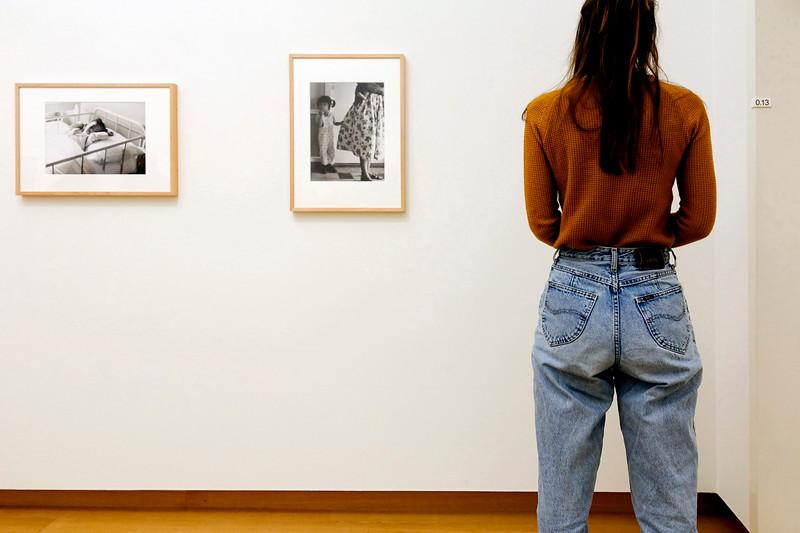 Nederland, Amsterdam. vrouw bekijkt foto's van Ad van Denderen tijdens  bezoek aan het Stedelijk Museum, 21 januari 2018, foto: Katrien Mulder