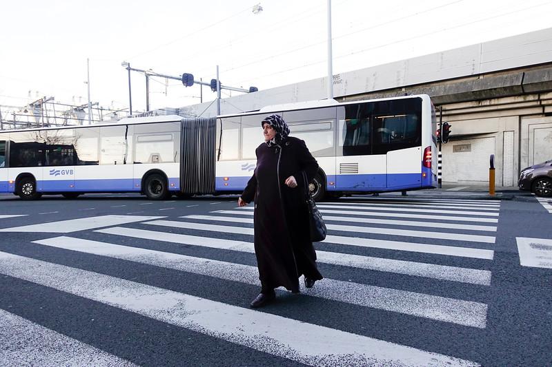 Nederland, Amsterdam, Turkse vrouw met hoofddoek steekt over op het zebrapad, 30 januari 2018, foto: Katreien Mulder