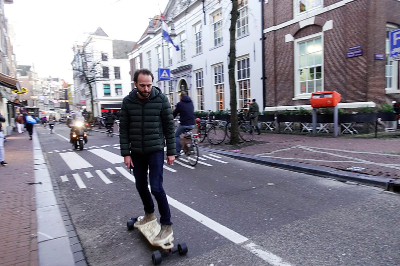Nederland, Amsterdam, skatende man in de Haarlemmer straat30 januari 2018, foto: Katreien Mulder